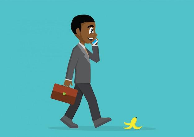 Homme d'affaires africain marchant et parlant avec smartphone. Vecteur Premium