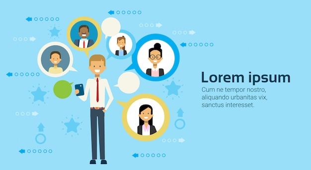 Homme d'affaires à l'aide d'un téléphone cellulaire intelligent, communication avec le concept de réseautage des gens d'affaires Vecteur Premium