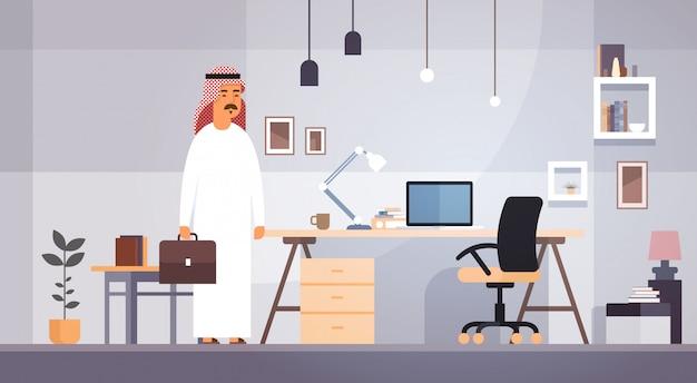 Homme D'affaires Arabe Entrepreneur Au Bureau Moderne Vecteur Premium