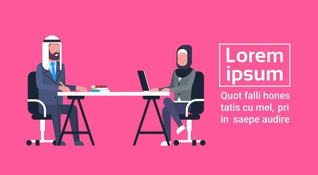 Homme d'affaires arabe et femme assise au bureau travaillant ensemble, réunion ou interview de travailleurs musulmans Vecteur Premium