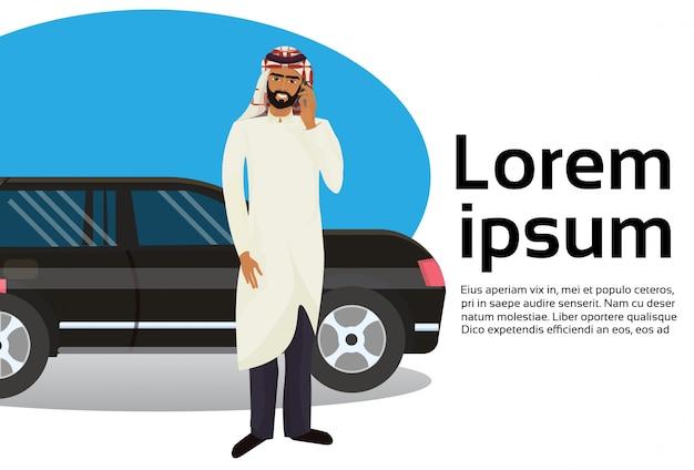 Homme d'affaires arabe riche parler au téléphone intelligent sur voiture de luxe Vecteur Premium