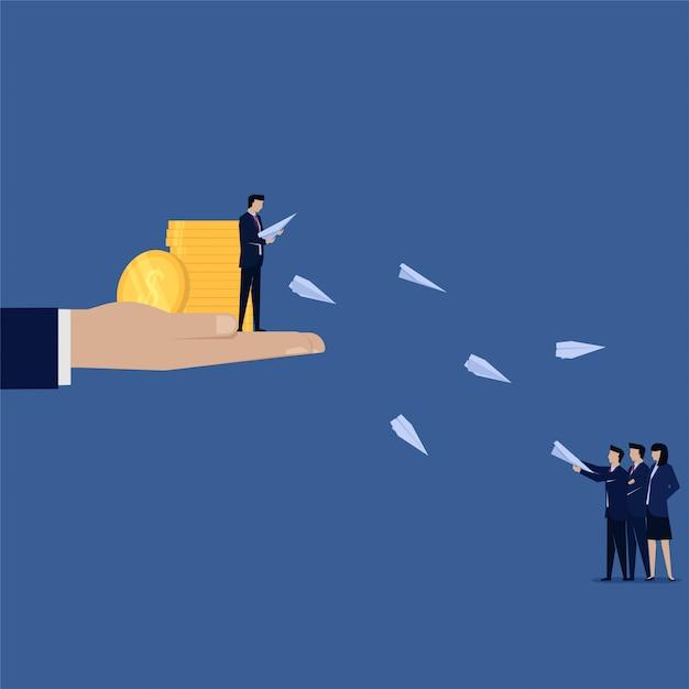 Homme d'affaires avec de l'argent donner à un ami avion papier se référer à un ami Vecteur Premium