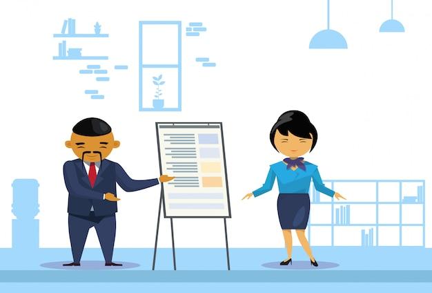 Homme d'affaires asiatique et femme tenant la présentation Vecteur Premium