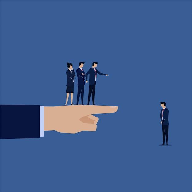 Homme d'affaires blâmé par l'équipe et les boos pour l'échec. Vecteur Premium