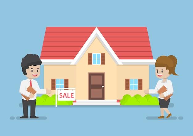 Homme D'affaires Et Femme D'affaires Présentant La Maison à Vendre Vecteur Premium