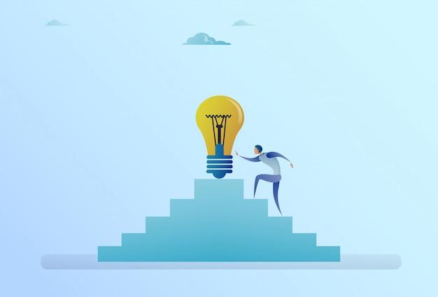 Homme d'affaires grimper un escalier jusqu'à un nouveau concept de développement d'idée ampoule Vecteur Premium