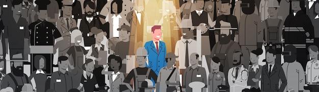 Homme d'affaires leader se démarquer de la foule candidat au recrutement recrutement de ressources humaines personne humaine groupe personnes groupe d'affaires concept Vecteur Premium