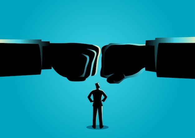 Homme d'affaires en regardant deux poing géant se sont affrontés Vecteur Premium