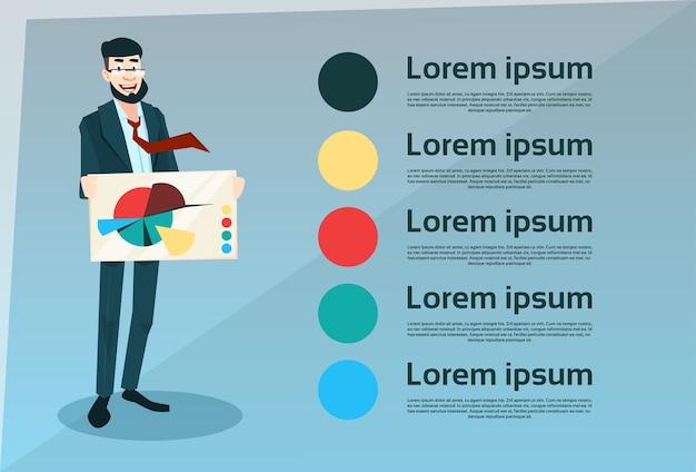 Homme affaires souriant tenir la bannière avec le diagramme de tarte plat Vecteur Premium