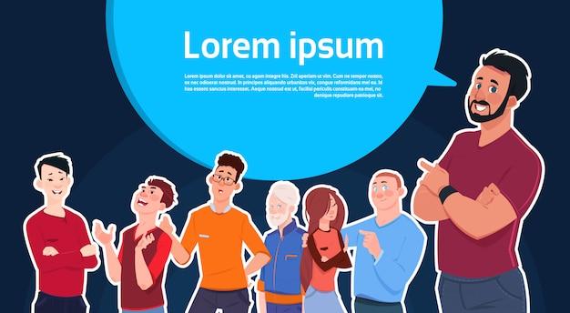 Homme debout sur une bulle de conversation avec un espace de copie avec un groupe de gens de race mixte sur fond Vecteur Premium