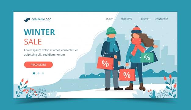 Homme et femme avec des sacs de vente en hiver. Vecteur Premium