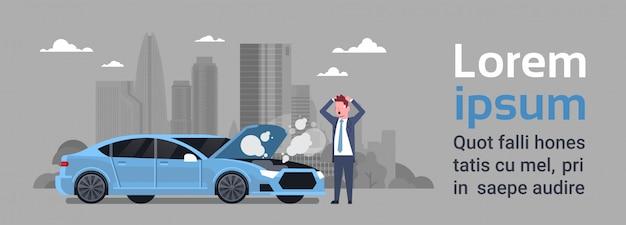 Un homme frustré avec une voiture cassée a besoin d'aide sur la route au-dessus de silhouette city Vecteur Premium