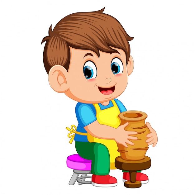 Homme moulant un vase d'argile sur un tour de potier dans un atelier de poterie Vecteur Premium