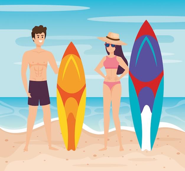 Homme, porter, short bain, planche surf, et, femme, porter, maillot de bain, chapeau, lunettes soleil Vecteur Premium