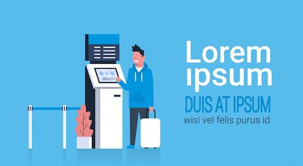 Homme avec valise utilisant un terminal du système de gestion de la file d'attente à l'aéroport en attente d'enregistrement et d'enregistrement Vecteur Premium