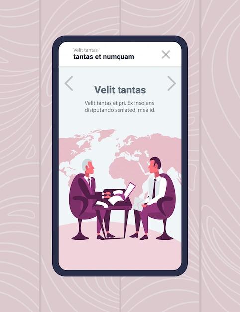 Hommes d'affaires d'écran application mobile assis concept d'entrevue en ligne entreprise lieu de travail Vecteur Premium