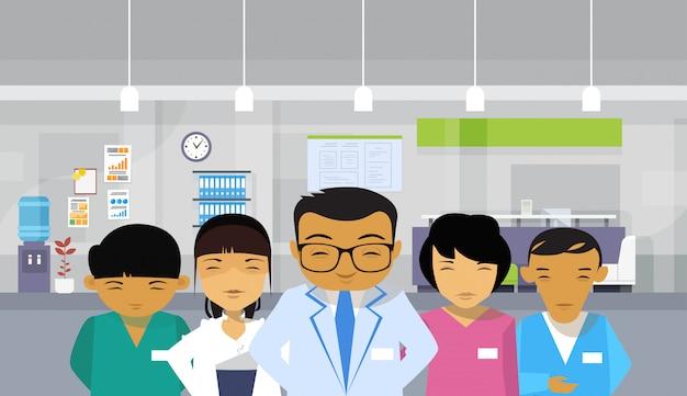 Hôpital asiatique équipe médicale groupe arrière-plan intérieur Vecteur Premium