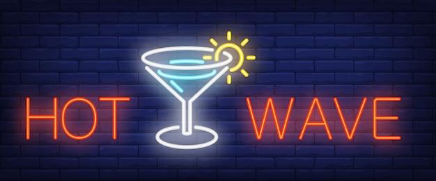 Hot wave au néon. lettrage de bar rougeoyant et verre à martini Vecteur gratuit
