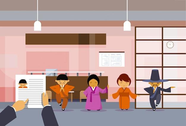 Hr hand hold cv de l'homme d'affaires sur un groupe de gens d'affaires asiatiques Vecteur Premium
