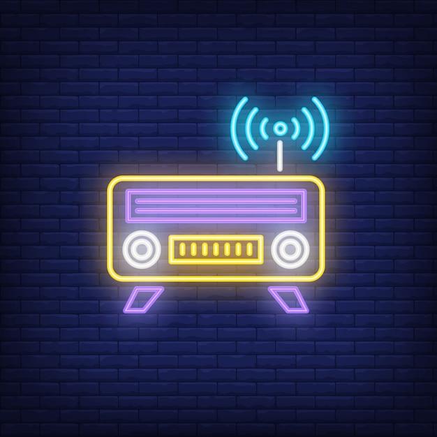 Icône de néon radio. récepteur avec antenne et signe wifi Vecteur gratuit