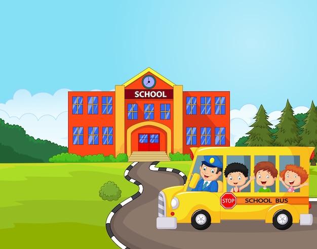 Illustration d'un autobus scolaire et d'enfants devant l'école Vecteur Premium