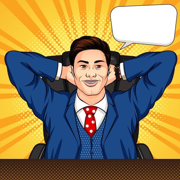 Illustration De Style Bande Dessinée Pop Art Colorée D'un Homme Assis Dans Un Bureau. Un Homme D'affaires Prospère Se Repose à Un Bureau. Travailleur Souriant Avec Les Bras Croisés Derrière La Tête. Patron Détendu Au Travail Vecteur Premium