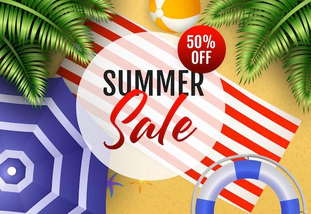 Inscription de vente d'été avec ballon de plage, tapis et parapluie Vecteur gratuit