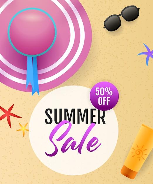 Inscription de vente d'été avec plage de la mer, chapeau et crème solaire Vecteur gratuit