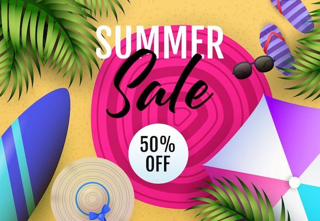 Inscription de vente d'été avec tapis de plage, parasol et planche de surf Vecteur gratuit