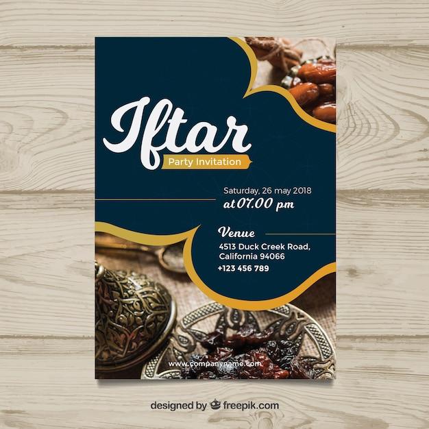 Invitation iftar avec de la nourriture et du thé dans un style plat Vecteur gratuit