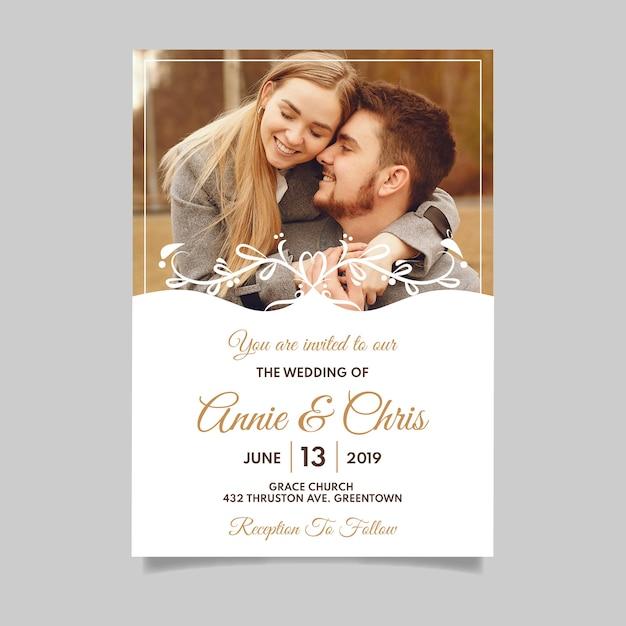 Invitation de mariage avec photo d'un couple engagé Vecteur gratuit