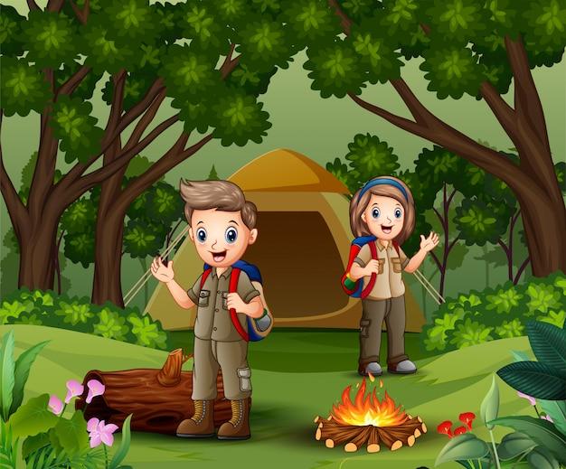 Jeune éclaireur dans la zone de camping Vecteur Premium
