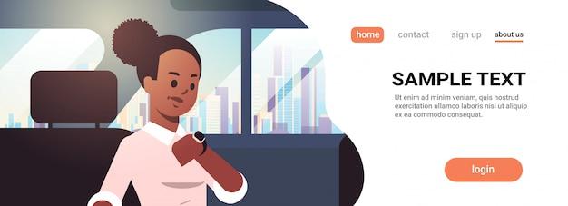 Jeune, Femme Affaires, Vérification, Temps, Femme, Voiture, Passager, Séance, Dos, Siège, Taxi, Taxi, Ville, Transport, Service, Concept, Portrait, Horizontal, Copie, Espace Vecteur Premium