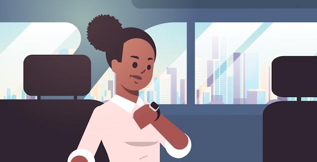 Jeune, Femme Affaires, Vérification, Temps, Femme, Voiture, Passager, Séance, Siège Arrière, Taxi, Taxi, Ville, Transport, Service, Concept, Portrait, Horizontal Vecteur Premium