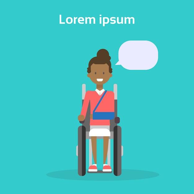 Jeune femme sur une chaise roulante heureuse afro-américaine femme handicapée souriante assis sur le concept de handicap Vecteur Premium