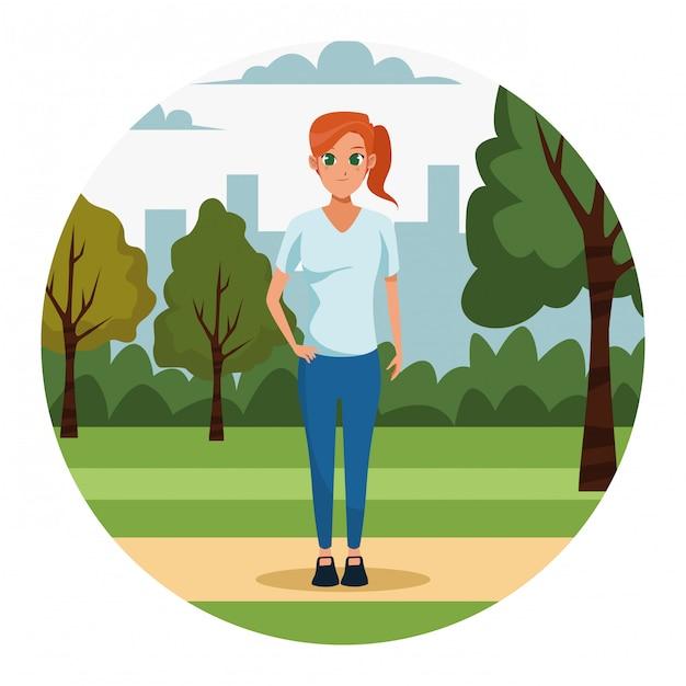 Jeune femme dans le parc Vecteur gratuit