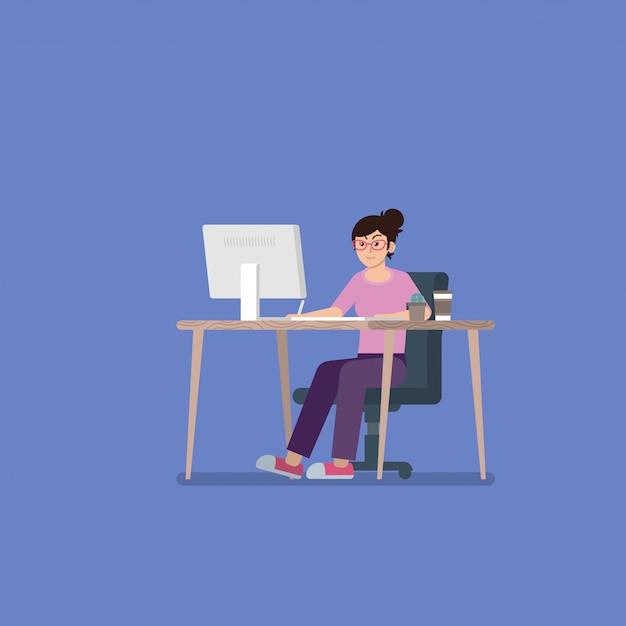 Jeune femme avec des lunettes dans des vêtements décontractés travaillant sur ordinateur de bureau au bureau avec tablette à stylet, tasse à café et cactus dans un style plat Vecteur Premium