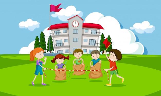 Jeunes Enfants Ayant Une Course De Sac De Pommes De Terre Vecteur Premium