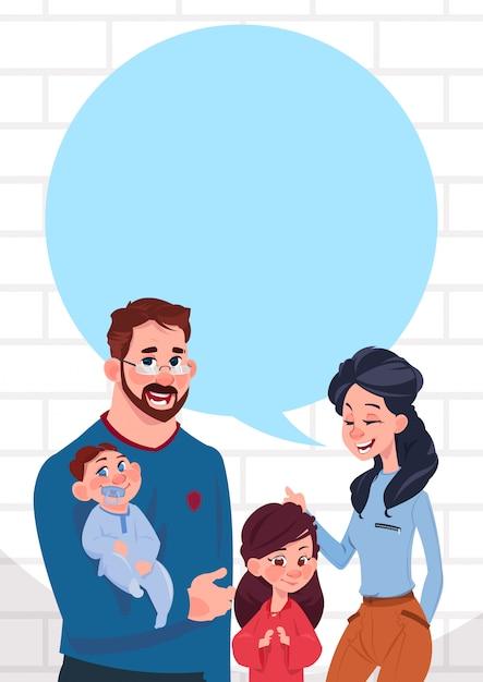 Jeunes parents de famille avec deux enfants discuter espace de copie bulle, fille et fils debout Vecteur Premium