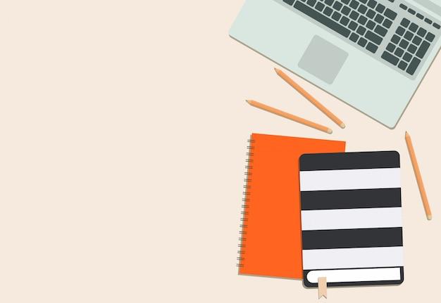 Journal coloré pour ordinateur portable et crayon avec fond rose Vecteur Premium