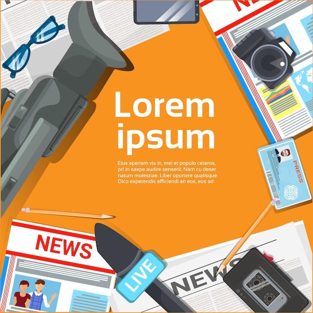 Journaliste, poste de travail, concept, vue supérieure, de, journal, micros Vecteur Premium