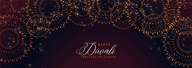 Joyeux bannière de diwali avec des pétards éclatants Vecteur gratuit