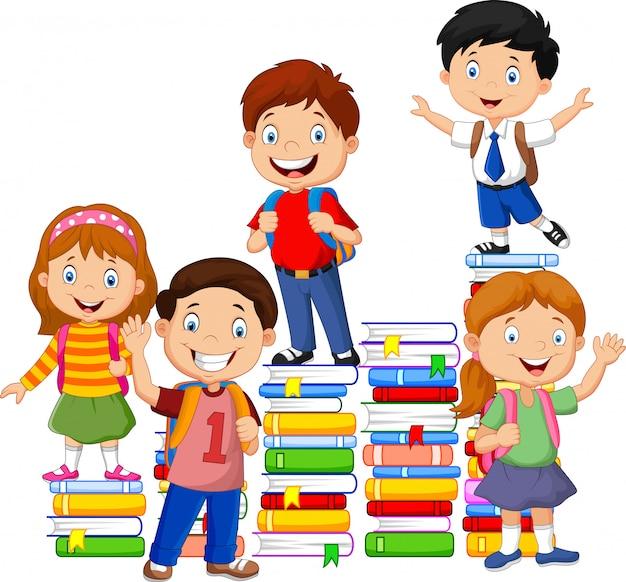 Joyeux écoliers jouant avec une pile de livre Vecteur Premium