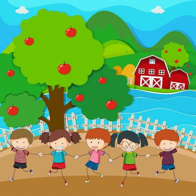 Joyeux enfants jouant dans le verger de pommiers Vecteur gratuit