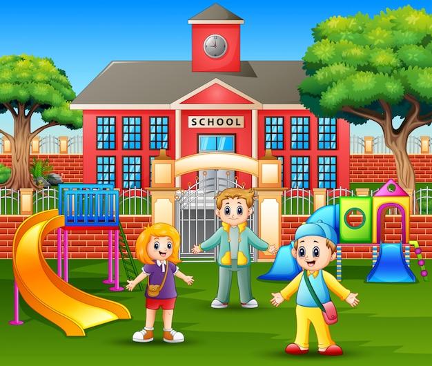 Joyeux Enfants Jouant Devant L'école Vecteur Premium