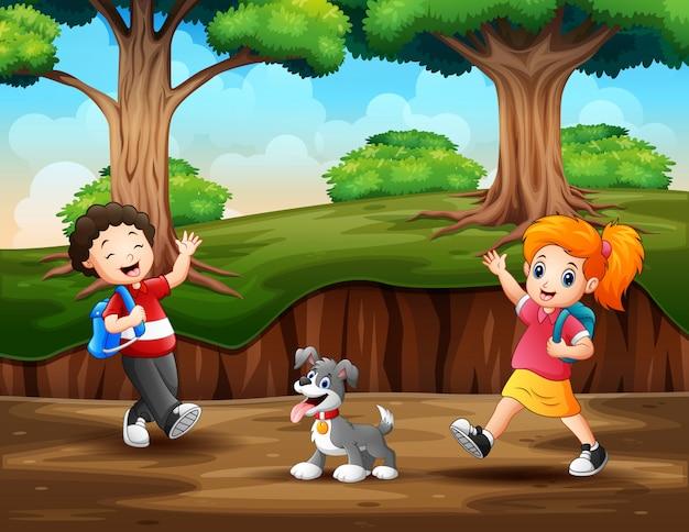 Joyeux enfants marchant dans la forêt Vecteur Premium