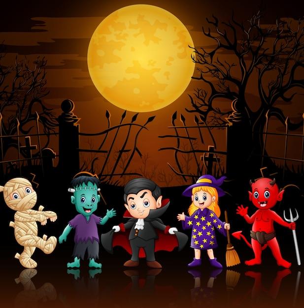 Joyeux petits enfants en costumes d'halloween Vecteur Premium