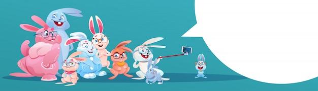 Lapin prenant selfie photo carte de voeux de groupe de lapin de vacances de pâques Vecteur Premium