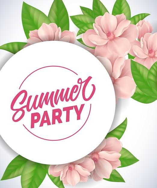 Lettrage de fête d'été. fond romantique avec des fleurs et des feuilles tendres roses. Vecteur gratuit