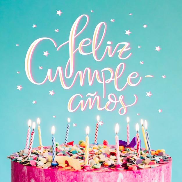 Lettrage De Joyeux Anniversaire Avec Un Gâteau Vecteur gratuit